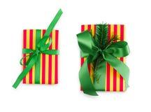 Κιβώτιο δώρων που τυλίγεται στο ριγωτό έγγραφο και την πράσινη κορδέλλα Στοκ Εικόνες