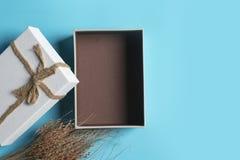 Κιβώτιο δώρων σε ένα μπλε υπόβαθρο Στοκ φωτογραφίες με δικαίωμα ελεύθερης χρήσης