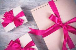 Κιβώτιο δώρων στον ξύλινο πίνακα Στοκ Φωτογραφίες