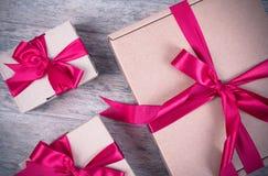 Κιβώτιο δώρων στον ξύλινο πίνακα Στοκ εικόνες με δικαίωμα ελεύθερης χρήσης