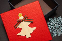Κιβώτιο δώρων στο κόκκινο με snowflake για ένα δώρο για ένα νέα έτος ή γενέθλια Κινηματογράφηση σε πρώτο πλάνο στοκ εικόνες