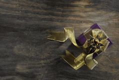 Κιβώτιο δώρων στο ξύλινο υπόβαθρο στοκ φωτογραφίες με δικαίωμα ελεύθερης χρήσης