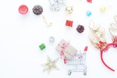Κιβώτιο δώρων τεχνών στα κιβώτια δώρων κάρρων και Χριστουγέννων αγορών και διακοσμήσεις στο λευκό Στοκ φωτογραφίες με δικαίωμα ελεύθερης χρήσης