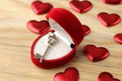 Κιβώτιο δώρων υπό μορφή καρδιάς με ένα κλειδί σε ένα φυσικό ξύλινο υπόβαθρο βαλεντίνος ημέρας s στοκ φωτογραφία με δικαίωμα ελεύθερης χρήσης