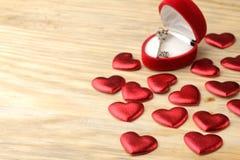 Κιβώτιο δώρων υπό μορφή καρδιάς με ένα κλειδί σε ένα φυσικό ξύλινο υπόβαθρο βαλεντίνος ημέρας s στοκ εικόνες