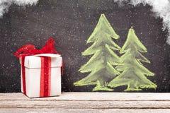 Κιβώτιο δώρων Χριστουγέννων και συρμένο χέρι δέντρο έλατου Χριστουγέννων Στοκ φωτογραφίες με δικαίωμα ελεύθερης χρήσης