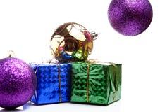 Κιβώτιο δώρων Χριστουγέννων με τις σφαίρες Χριστουγέννων στο λευκό στοκ φωτογραφία με δικαίωμα ελεύθερης χρήσης