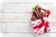 Κιβώτιο δώρων Χριστουγέννων με τον κάλαμο καραμελών και το παιχνίδι χιονανθρώπων Στοκ Εικόνες