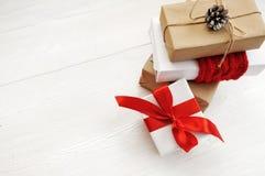Κιβώτιο δώρων Χριστουγέννων προτύπων στο ξύλινο υπόβαθρο με Snowflakes, τη Χαρούμενα Χριστούγεννα ευχετήριων καρτών και καλή χρον Στοκ Εικόνα