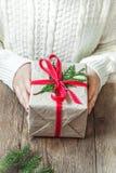 Κιβώτιο δώρων Χριστουγέννων στα χέρια Στοκ Εικόνες