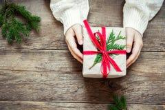Κιβώτιο δώρων Χριστουγέννων στα χέρια Στοκ εικόνες με δικαίωμα ελεύθερης χρήσης