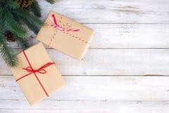 Κιβώτιο δώρων χριστουγεννιάτικου δώρου και διακόσμηση των στοιχείων στο άσπρο ξύλινο υπόβαθρο Στοκ Εικόνα