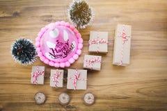 Κιβώτιο δώρων Aper με το εξάρτημα δέντρων πεύκων στο καφετί ξύλο Στοκ Εικόνες
