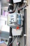 Κιβώτιο εγχώριων ηλεκτρικό μετρητών στον πόλο Στοκ Εικόνα