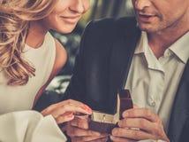 Κιβώτιο εκμετάλλευσης ατόμων με το δαχτυλίδι που κάνει να προτείνει στοκ φωτογραφία