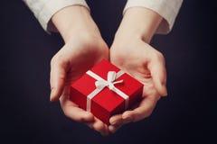 Κιβώτιο εκμετάλλευσης χεριών για ένα δώρο που απομονώνεται στο Μαύρο Στοκ εικόνα με δικαίωμα ελεύθερης χρήσης
