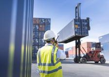Κιβώτιο εμπορευματοκιβωτίων φόρτωσης ελέγχου επιστατών από το σκάφος φορτίου φορτίου για την εισαγωγή-εξαγωγή, βιομηχανικό φορτίο Στοκ φωτογραφίες με δικαίωμα ελεύθερης χρήσης