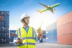 Κιβώτιο εμπορευματοκιβωτίων φόρτωσης ελέγχου επιστατών από το σκάφος φορτίου φορτίου για την εισαγωγή-εξαγωγή, βιομηχανικό φορτίο στοκ εικόνα με δικαίωμα ελεύθερης χρήσης
