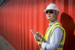 Κιβώτιο εμπορευματοκιβωτίων φόρτωσης ελέγχου επιστατών από το σκάφος φορτίου φορτίου για την εισαγωγή-εξαγωγή, βιομηχανικό φορτίο Στοκ φωτογραφία με δικαίωμα ελεύθερης χρήσης