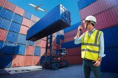 Κιβώτιο εμπορευματοκιβωτίων φόρτωσης ελέγχου επιστατών από το σκάφος φορτίου φορτίου για την εισαγωγή-εξαγωγή, βιομηχανικό φορτίο Στοκ Φωτογραφίες