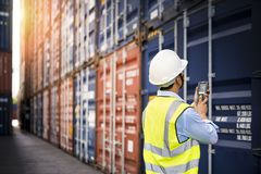 Κιβώτιο εμπορευματοκιβωτίων φόρτωσης ελέγχου επιστατών από το φορτίο Στοκ Εικόνες