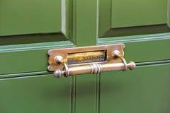 Κιβώτιο επιστολών ρόπτρων πορτών ορείχαλκου Στοκ Εικόνες
