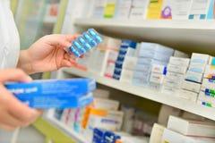 Κιβώτιο ιατρικής εκμετάλλευσης φαρμακοποιών και πακέτο καψών στοκ εικόνες