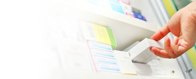κιβώτιο ιατρικής εκμετάλλευσης χεριών φαρμακοποιών στο φαρμακείο στοκ εικόνα με δικαίωμα ελεύθερης χρήσης