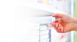 κιβώτιο ιατρικής εκμετάλλευσης χεριών φαρμακοποιών στο φαρμακείο στοκ φωτογραφίες