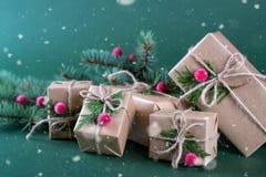 Κιβώτιο και διακοσμήσεις δώρων Χριστουγέννων παλαιό ύφος μόδας Στοκ εικόνες με δικαίωμα ελεύθερης χρήσης