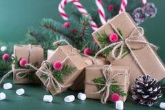 Κιβώτιο και διακοσμήσεις δώρων Χριστουγέννων παλαιό ύφος μόδας Στοκ φωτογραφίες με δικαίωμα ελεύθερης χρήσης