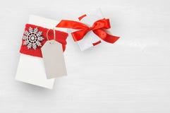 Κιβώτιο και ετικέττα δώρων Χριστουγέννων προτύπων στο ξύλινο υπόβαθρο με Snowflakes, τη Χαρούμενα Χριστούγεννα ευχετήριων καρτών  Στοκ Εικόνα