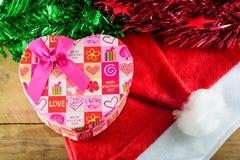 Κιβώτιο και διακοσμήσεις δώρων καρδιών Χριστουγέννων σε ξύλινο Στοκ εικόνες με δικαίωμα ελεύθερης χρήσης