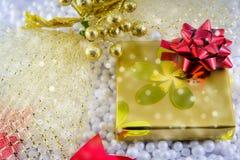 Κιβώτιο και διακοσμήσεις δώρων Χριστουγέννων Στοκ φωτογραφία με δικαίωμα ελεύθερης χρήσης