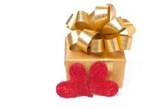 Κιβώτιο και καρδιές δώρων για την ημέρα του βαλεντίνου, που απομονώνεται Στοκ φωτογραφία με δικαίωμα ελεύθερης χρήσης