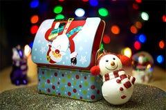 Κιβώτιο και κεριά δώρων Santa στο υπόβαθρο bokeh στοκ εικόνα
