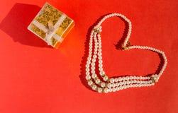 Κιβώτιο και μαργαριτάρια κοσμημάτων Στοκ Εικόνες