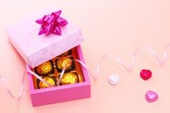 Κιβώτιο και σοκολάτες δώρων με τη σγουρή κορδέλλα Στοκ εικόνα με δικαίωμα ελεύθερης χρήσης