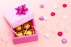 Κιβώτιο και σοκολάτες δώρων με τη σγουρή κορδέλλα Στοκ φωτογραφία με δικαίωμα ελεύθερης χρήσης