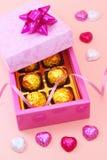Κιβώτιο και σοκολάτες δώρων με τη σγουρή κορδέλλα Στοκ Φωτογραφίες