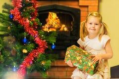 Κιβώτιο και δώρο κοριτσιών για το νέο έτος Ηλικία 5 έτη Στοκ Φωτογραφία