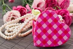 Κιβώτιο καρδιών με τα μαργαριτάρια και τα λουλούδια Στοκ Εικόνες