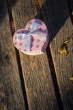 Κιβώτιο καρδιών στο ξύλινο υπόβαθρο Στοκ Εικόνες
