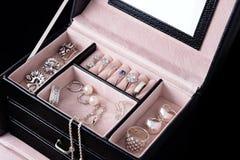 Κιβώτιο κοσμήματος με τα άσπρα χρυσά και ασημένια δαχτυλίδια, τα σκουλαρίκια και τα κρεμαστά κοσμήματα με τα μαργαριτάρια Συλλογή Στοκ Φωτογραφίες