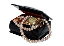 Κιβώτιο κοσμήματος με τις χάντρες, τα μαργαριτάρια και τα κοσμήματα που απομονώνονται στο άσπρο υπόβαθρο Στοκ Φωτογραφίες