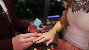 Κιβώτιο με ένα ασημένιο δαχτυλίδι απόθεμα βίντεο