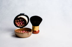 Κιβώτιο με ένα ρουζ και βούρτσα για το makeup Στοκ εικόνες με δικαίωμα ελεύθερης χρήσης
