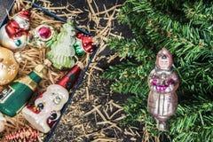 Κιβώτιο με τα εκλεκτής ποιότητας παιχνίδια Χριστουγέννων γυαλιού κάτω από τη τοπ άποψη δέντρων Στοκ φωτογραφία με δικαίωμα ελεύθερης χρήσης