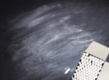 Κιβώτιο με τα κομμάτια της κιμωλίας σε έναν πίνακα Στοκ Εικόνες