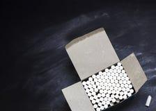 Κιβώτιο με τα κομμάτια της κιμωλίας σε έναν πίνακα Στοκ φωτογραφία με δικαίωμα ελεύθερης χρήσης